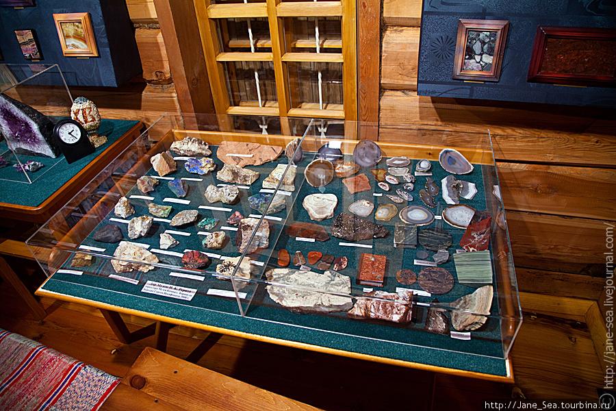 первый этаж — коллекция минералов
