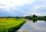 Вдали показалось село Меркушино. Вид на архитектурный комплекс с реки Тура