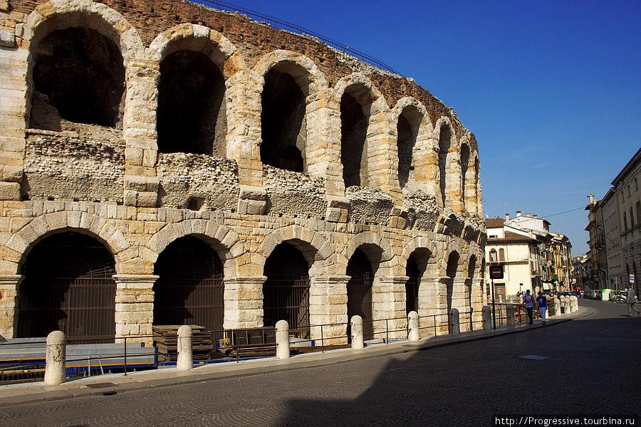 Амфитеатр или Арена. Находясь вблизи ощущаешь энергетику Арены, ее стены словно впитали в себя события многовековой давности, здесь когда-то проходили бои гладиаторов и цирковые представления