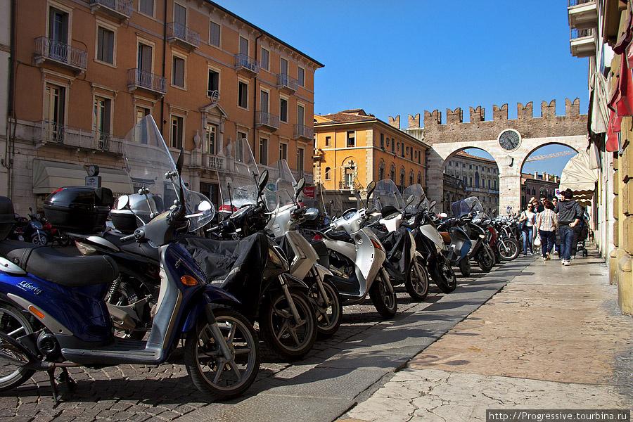Ворота делла Бра. В Вероне очень популярны мопеды, мотоциклы и велосипеды