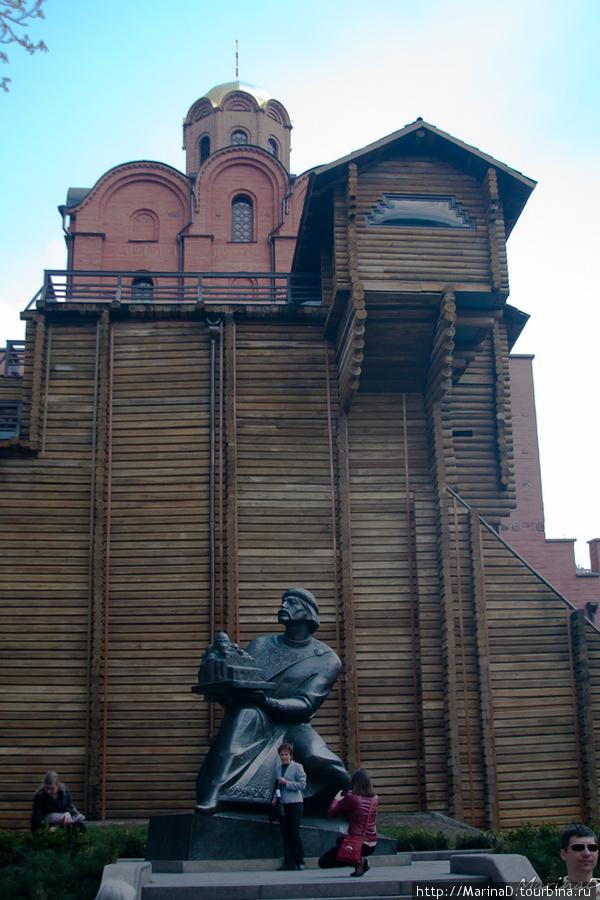 памятник популярен у туристов: фотографируются около Ярослава