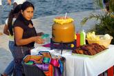 Продавщица прохладительных напитков на набережной Флореса