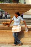 Продавщица сладостей — как дополнения к бесплатному кофе