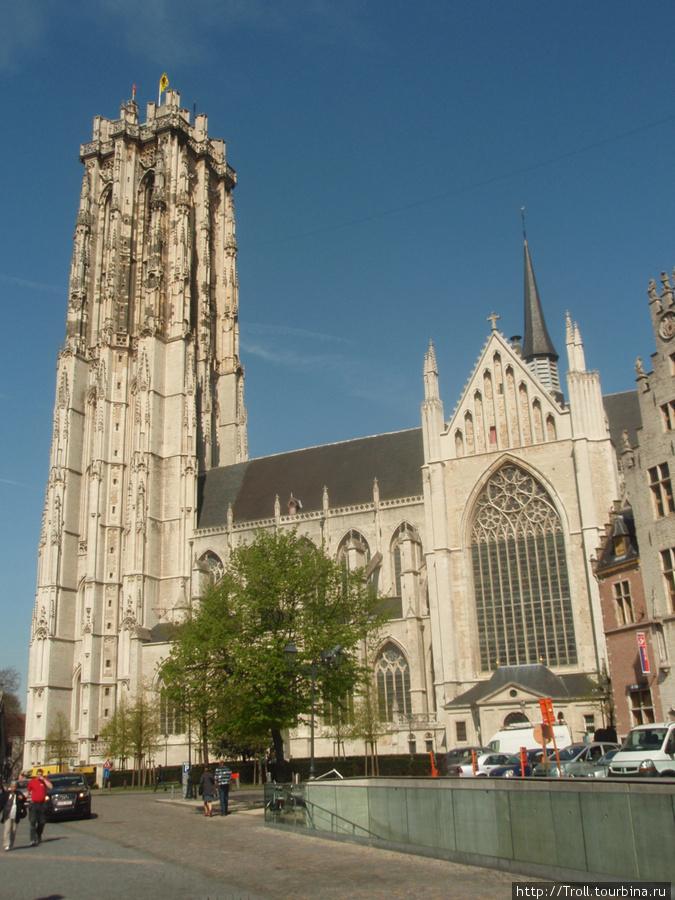 Вид на центральную часть собора и знаменитую башню