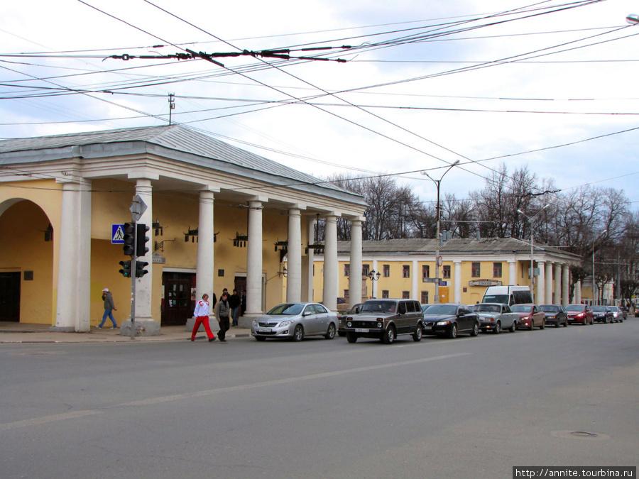 Общий вид зданий Гостиного двора — дом № 24 (справа) и № 26 (слева).