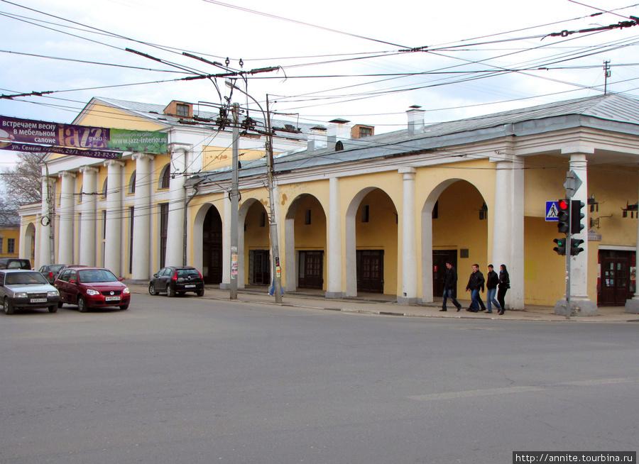 Дом № 26 (вид с ул. Свободы). Зал камерной музыки и торговая галерея.
