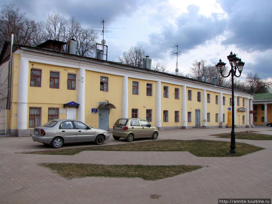 Дом № 24 (вид сбоку). В этом здании сейчас располагаются мелкие конторы и офисы.