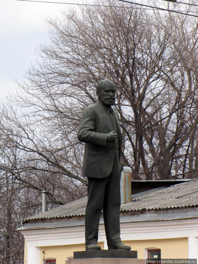 Памятник И. П. Павлову на площади Гостиного двора.