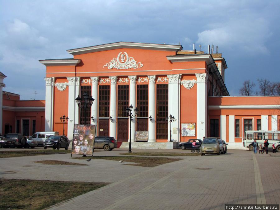 Театр имени Сергея Есенина, или областная филармония.