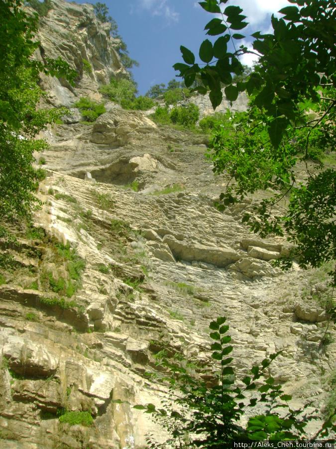 Таким можно увидеть водопад летом.