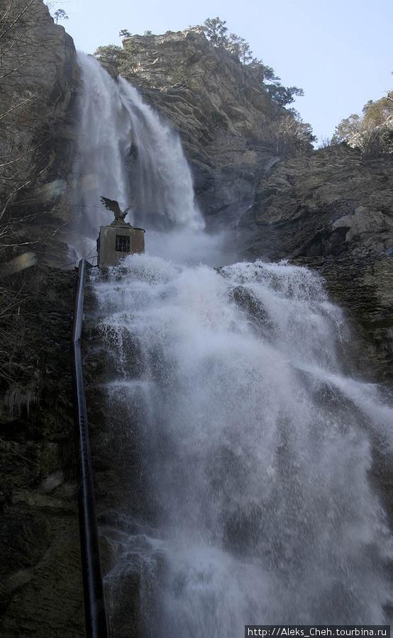 А вот таким бывает водопад при обилии воды, весной или в  сильные дожди.