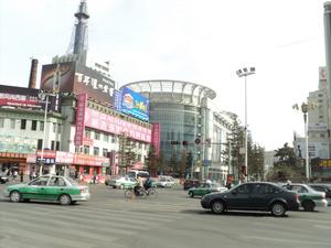 Здание с веерной крышей- торговый центр, русские туристы его называют Белокаменный, много товара, в подземном этаже продукты.