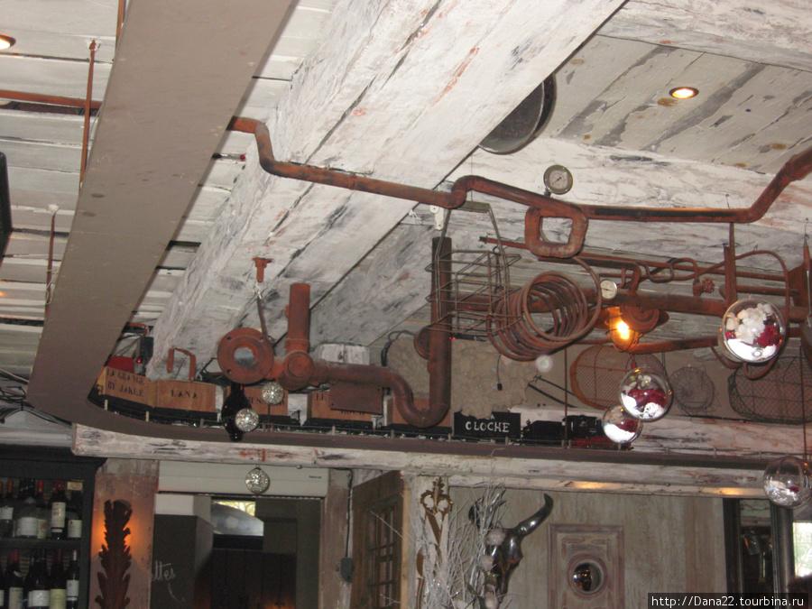 Поезд, который ездит по потолку одной из кафешек Куршавеля 1850.