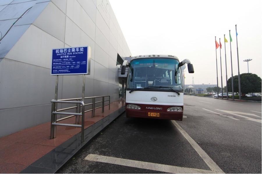 Автобус, выполняющий маршрут аэропорт — центр