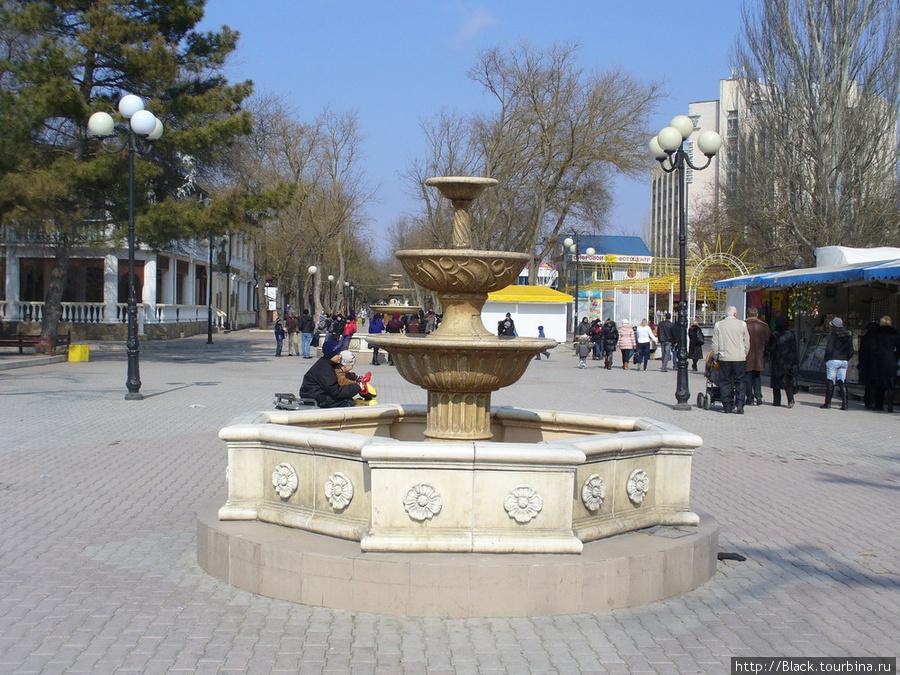 С перекрестка к самому берегу моря ведет короткая дорога украшенная фонтанами