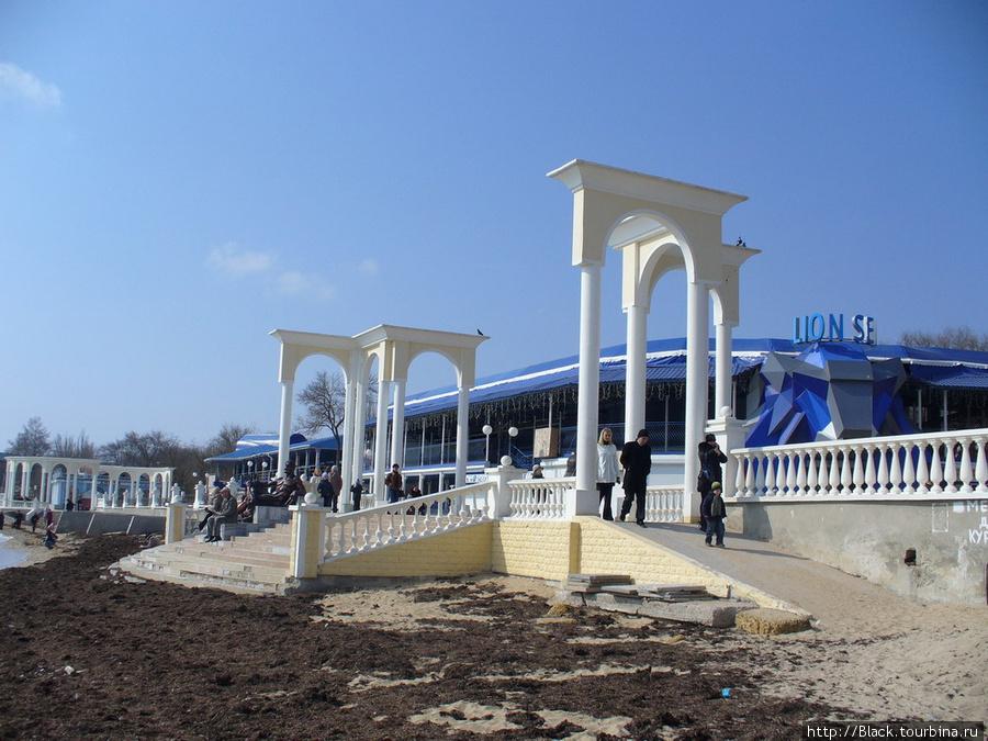 С набережной на пляж ведут белоснежные арки