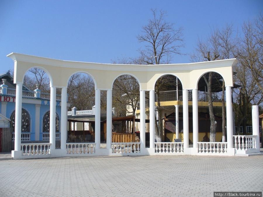 Синее здание за аркой – кафе «Анюта»
