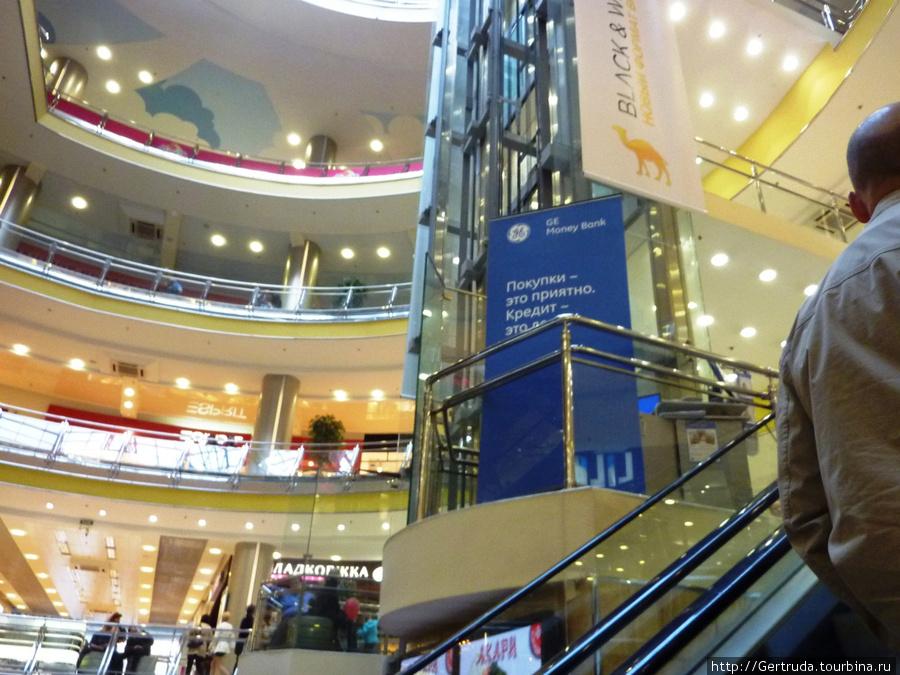 Эскалаторы и лифты доставят вас и вверх и вниз.