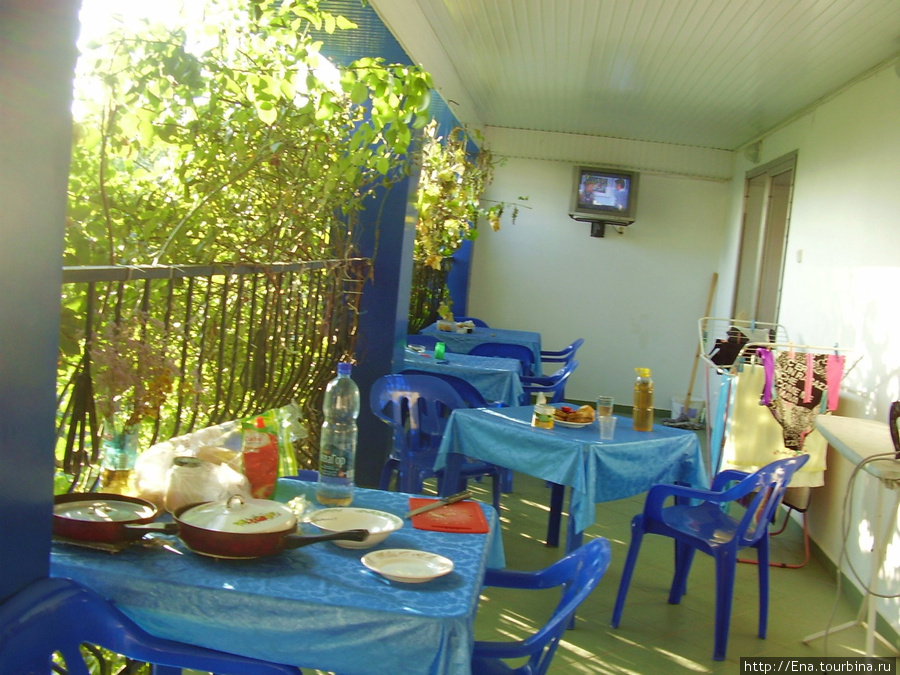 Мини-гостиница на ул. Октябрьской, 10. Утренний завтрак на веранде