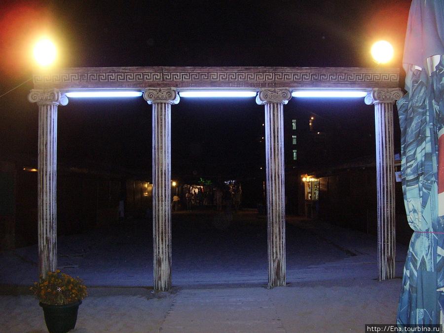 Вход на пляж Паралии. Южный вечер