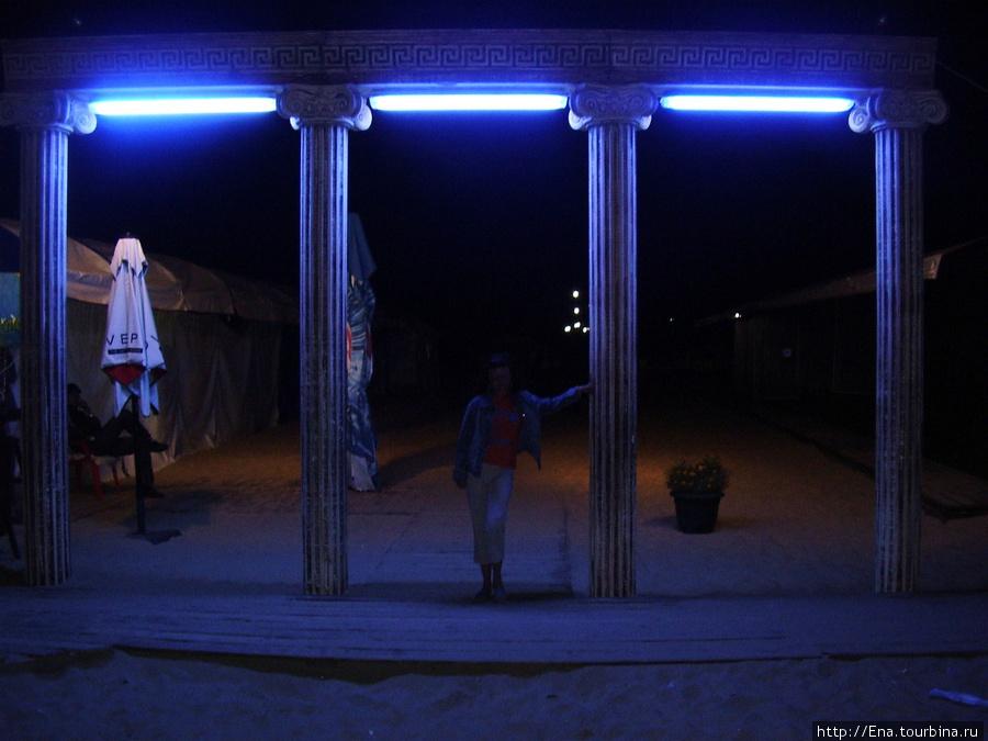 Вход на ночной центральный пляж