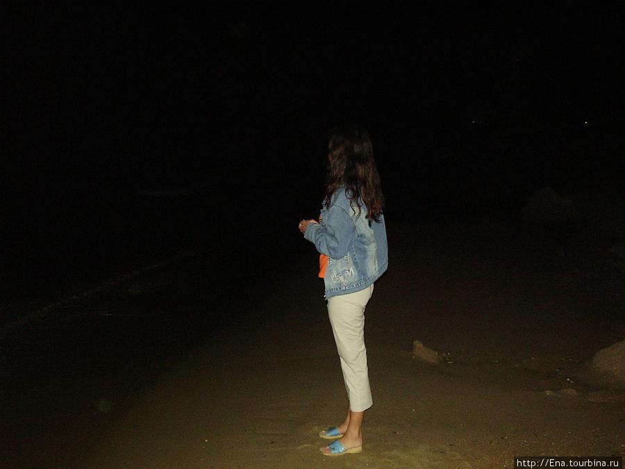 На ночном пляже наедине с морем...