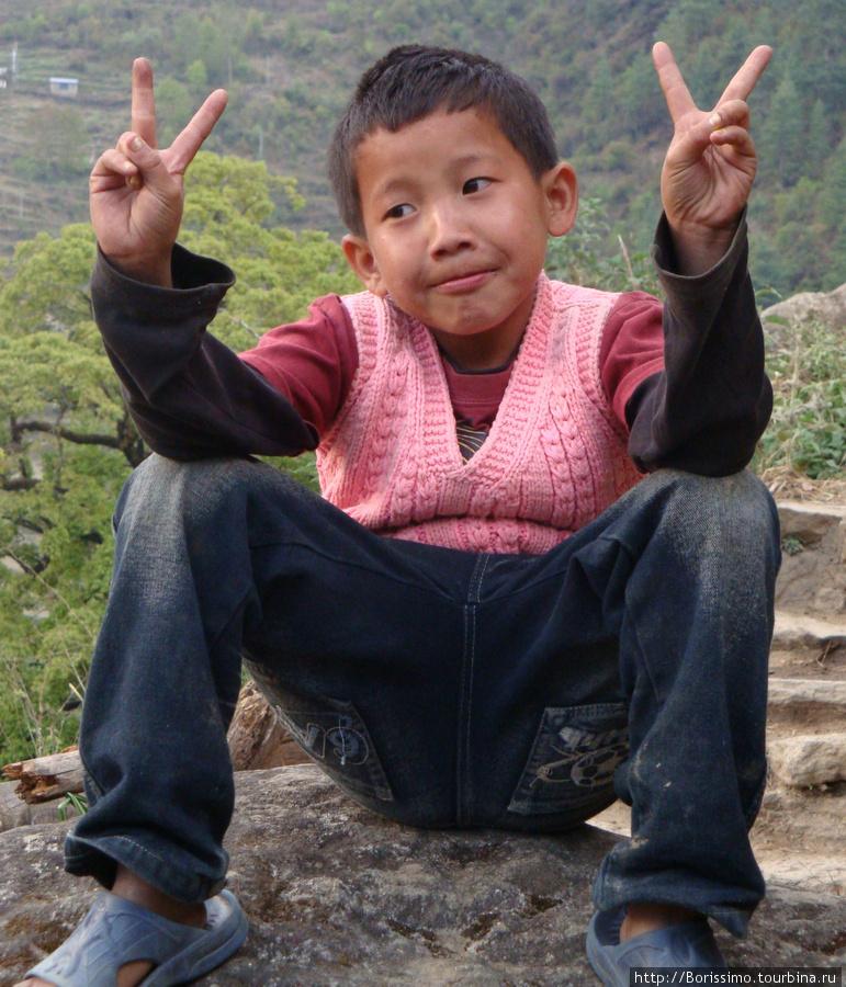 Это фото — словно иллюстрация наших впечатлений о Непале. Наивное, доброе, позитивное и счастливое :-))).