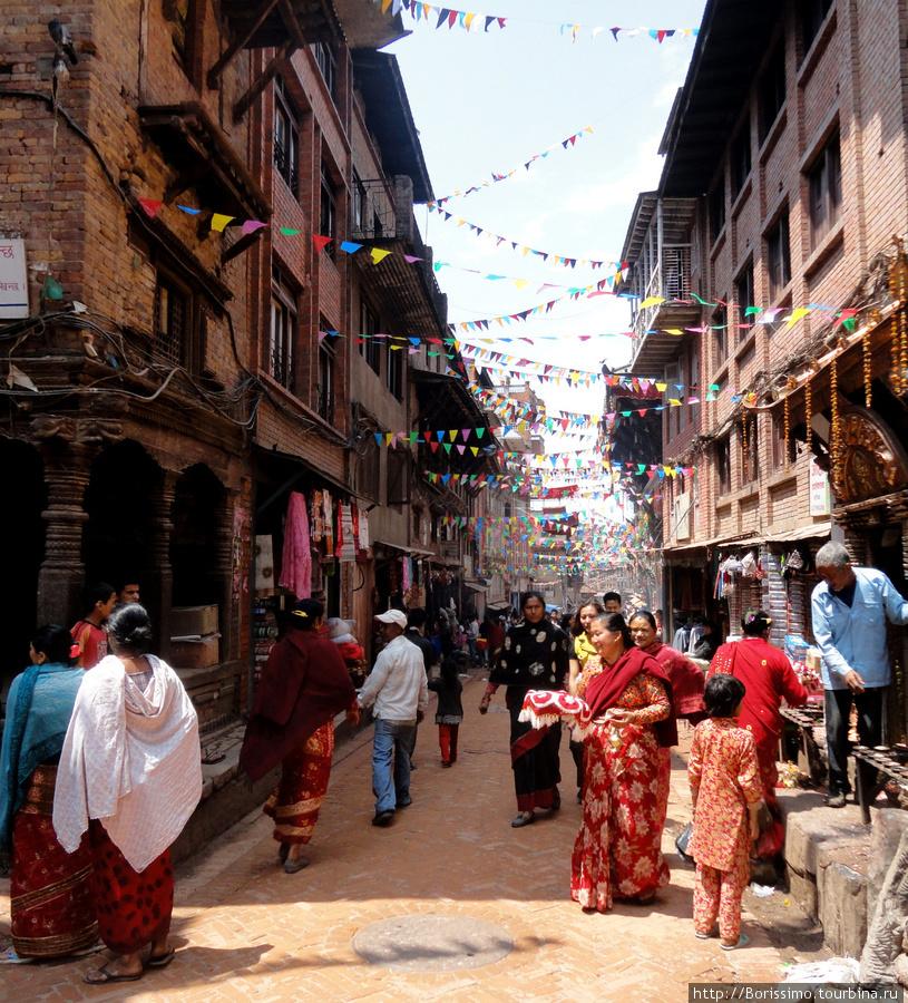 Улицы Бхактапура ярко украшены — город готовится к наступлению Нового Года. 2068-го.