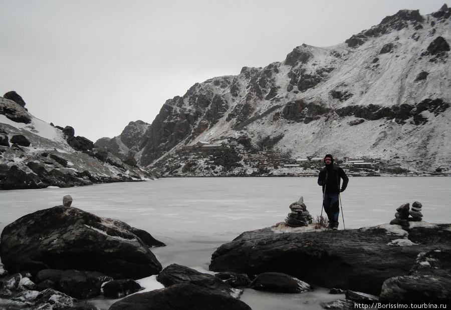Священное озеро Госаинкунд замёрзло. Поэтому искупаться в нём нам не удалось.