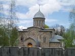 Свято-Вознесенский собор обнесен невысоким каменным забором...