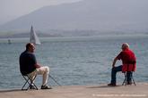Мужчины не яхтами любуются, а рыбу ловят. Надо сказать, она там внушительных размеров плавает прямо