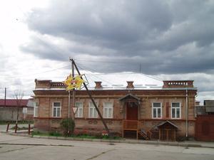 Красивое здание довоенной постройки