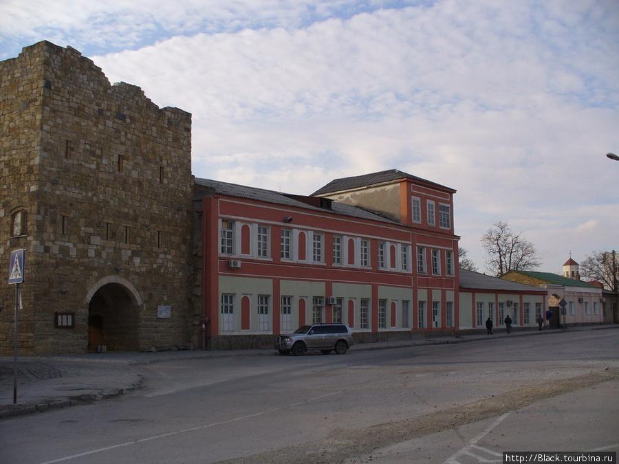 Слева (сложенные из камня) – ворота дровяного базара, открывающие караимский квартал), в правом углу многоугольный купол армянской церкви, напротив этих объектов, через дорогу – текие дервиш