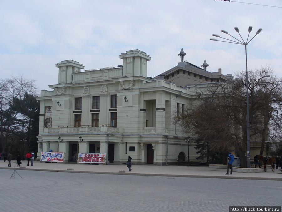 Здание театра имени Пушкина на Театральной площади