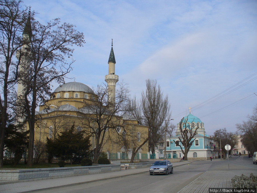 Мечеть Джума-Джами и храм Николая Чудотворца