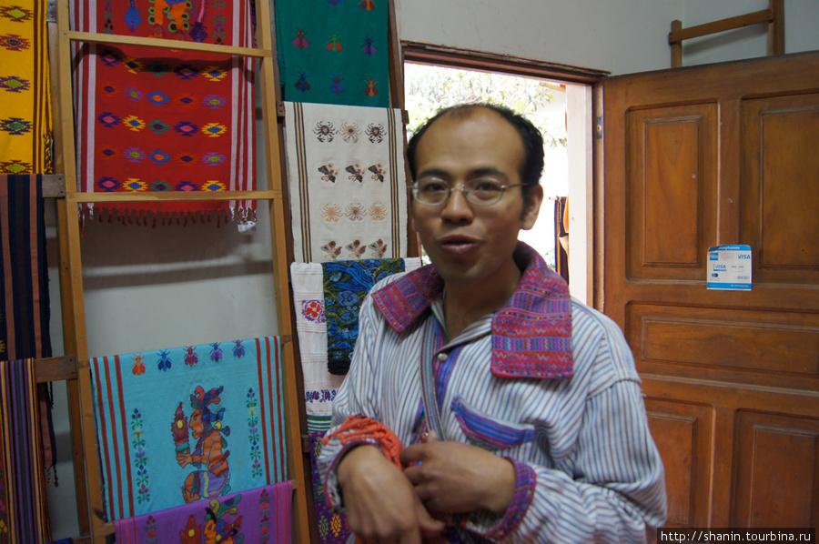 Экскурсовод в музее — индеец майя