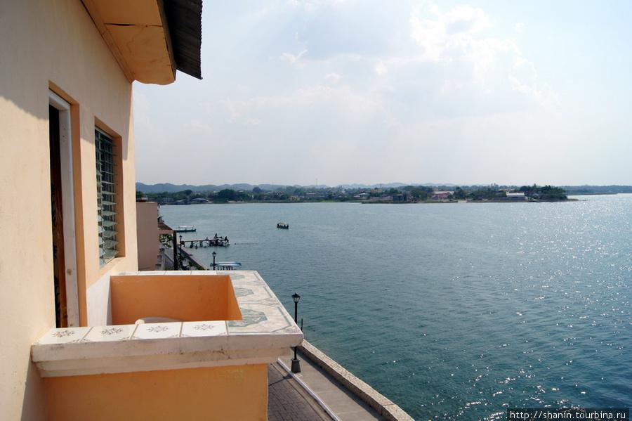 Вид с балкона из отеля La Union во Флоресе
