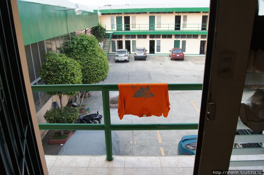 Вид из номера во внутренний дворик отеля Ливингстон в Санта-Ане