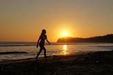 По пляжу Хермоза на закате