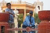 Двое у фонтана на центральной площади Риваса
