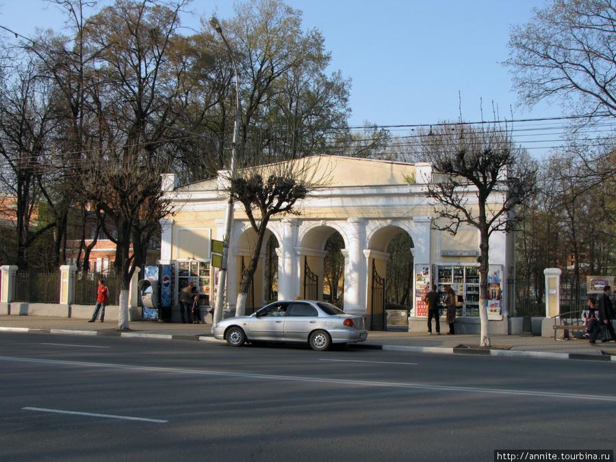 Каменная арка на входе в парк. В бывших