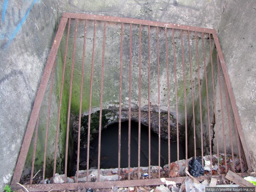 Безымянный — Рюминский ручей, упрятанный под землю, когда-то наполнявший пруд в центре усадьбы.