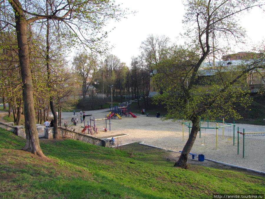 Городской парк. На месте бывшего пруда располагаются детские площадки.