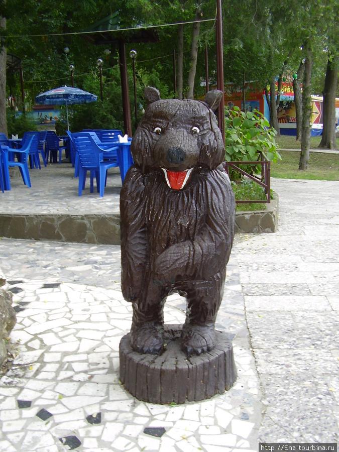 Гуляя по парку, встретили Медведа и передали привет от ярославского герба :)))