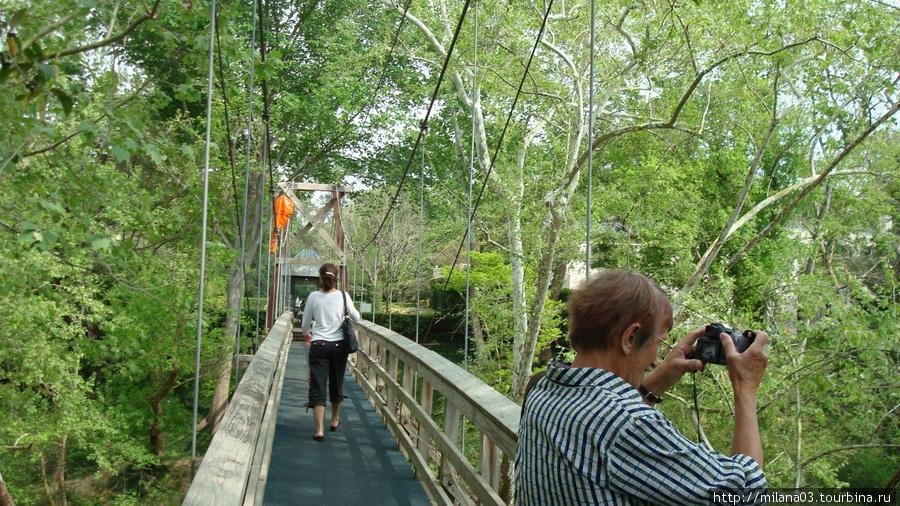 Что бы попасть в парк надо пройти по подвесному мосту...