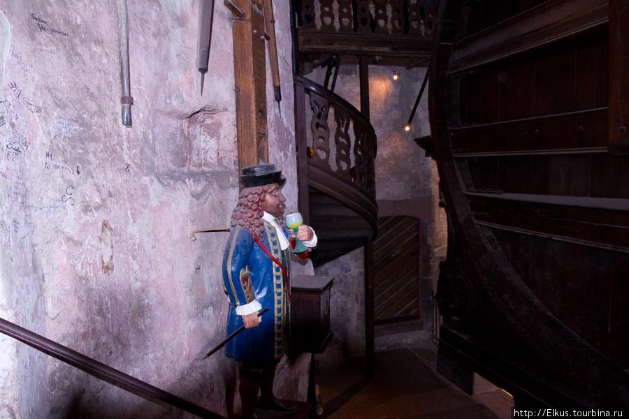 А это фигура карлика у бочки в замке