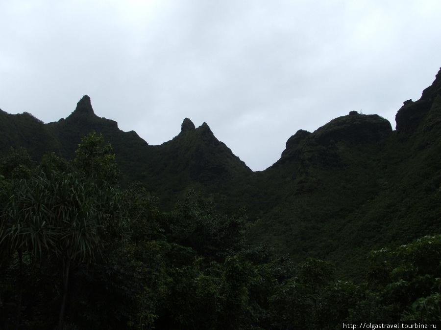 С одной стороны — горы