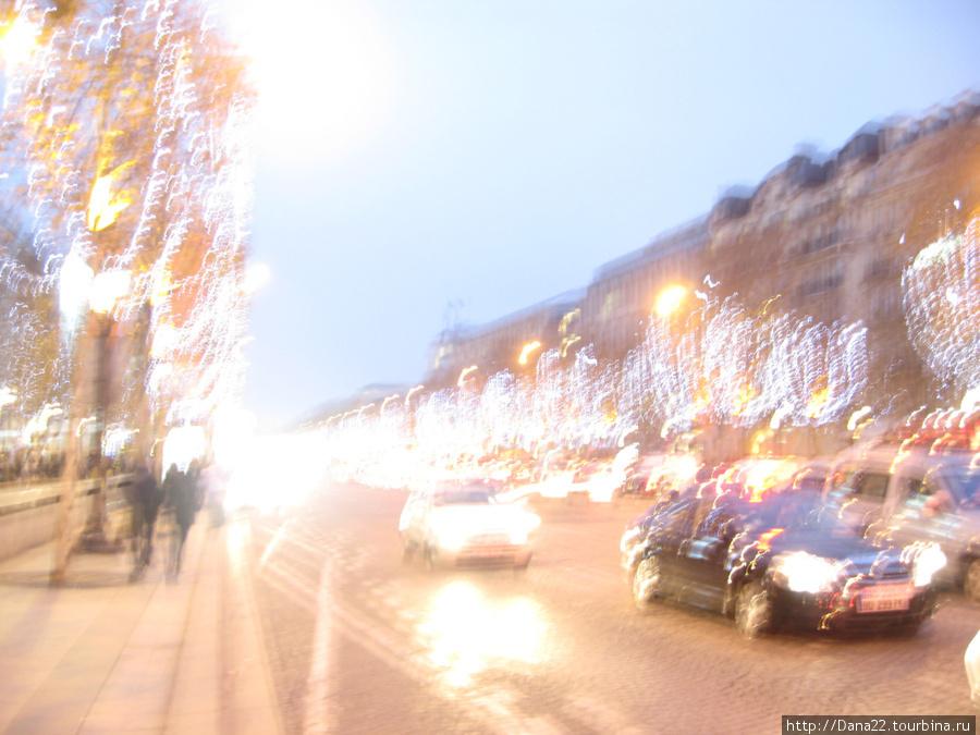 Елисейские поля в новогоднюю ночь.