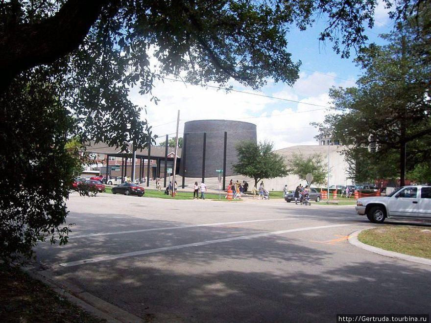 Площадь перед музеем холокоста