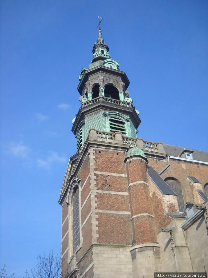 Фрагмент здания и колокольня